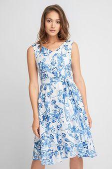 Niebieska zwiewna sukienka w kwiaty