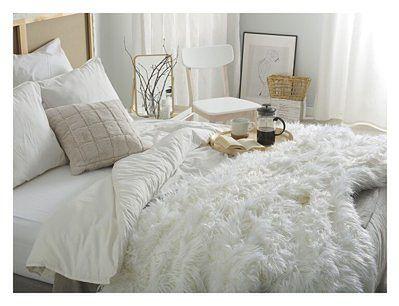 Narzuta na łóżko biała ze sztucznego futerka 200 x 220 cm włochacz