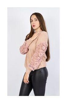 Różowy sweter z koronkowymi rękawami
