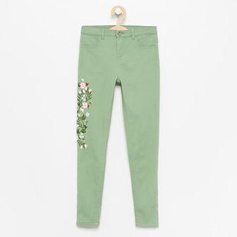Reserved - Spodnie slim fit z haftem - Khaki