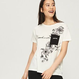 Sinsay - T-shirt z kontrastową kieszenią - Kremowy